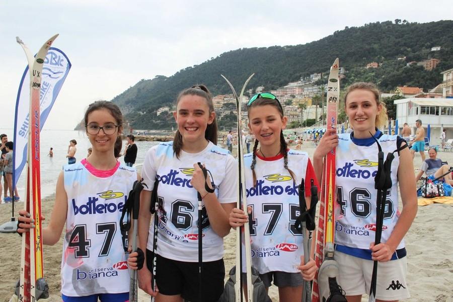 """Gli """"Sciatori disagiati"""" della Valle Stura hanno vinto la nona edizione di """"Sci on the beach"""" di Laigueglia–Savonanews.it"""